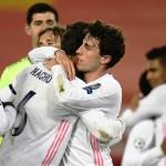 Jugadores del Real Madrid festejan el pase en Anfield. /Foto EFE