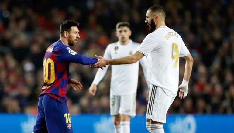 Benzema se saluda con Leo Messi. /Foto EFE