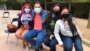 Karina y Brenda, junto a otros miembros del Ensamble Libertarte, en su visita a Barcelona. Foto cortesía de Tiempos Nuevos Teatro.