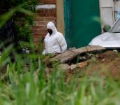 Forenses trabajan en la recuperación de cadáveres de la vivienda de Hugo Ernesto Osorio Chávez en Chalchuapa, Santa Ana. FOTO: EFE/RODRIGO SURA