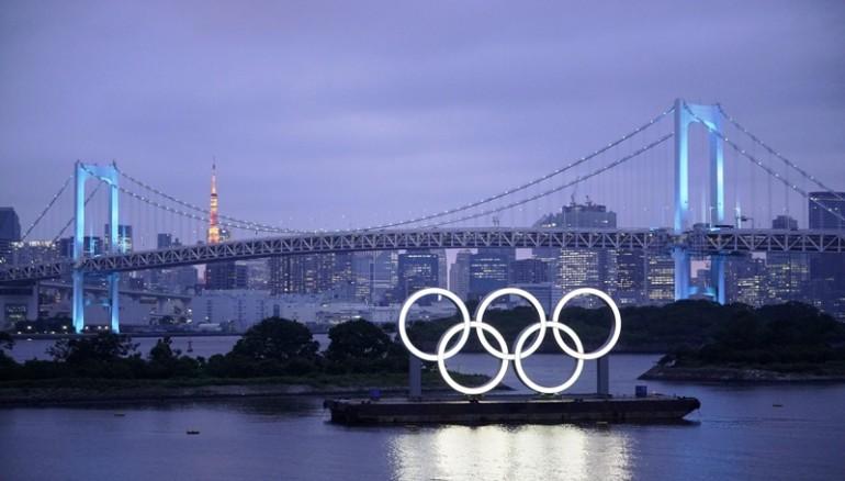Los aros olímpicos iluminan en el Parque Marino de Odaiba, Japón. /EFE