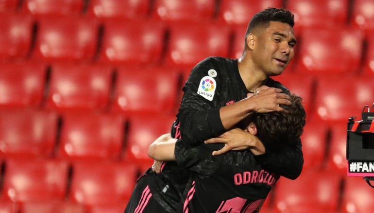 Casemiro (i) y Álvaro Odriozola celebran el tercer gol del equipo madridista. /EFE