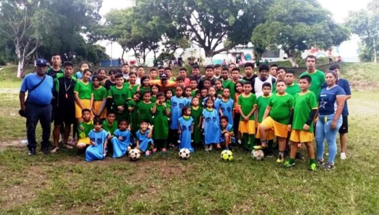 Niños y niñas salvadoreños recibieron un lote de 150 chalecos. /Foto Deporte Total USA