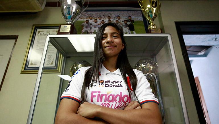 Paola Calderón posa para las cámaras de Diario 1. /Foto Miguel Lemus