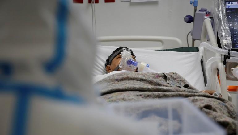 Un paciente en la Unidad de Cuidados Intermedios para pacientes covid-19 del Hospital El Salvador, en San Salvador (El Salvador), en una fotografía de archivo. Foto: EFE/Rodrigo Sura