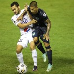 Duvier Riascos festeja el gol que anotó anoche al Comunicaciones. /EFE