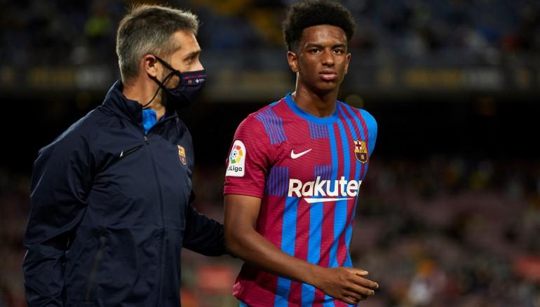 El defensa del FC Barcelona Álex Balde se retira lesionado durante el partido ante el Granada. /EFE