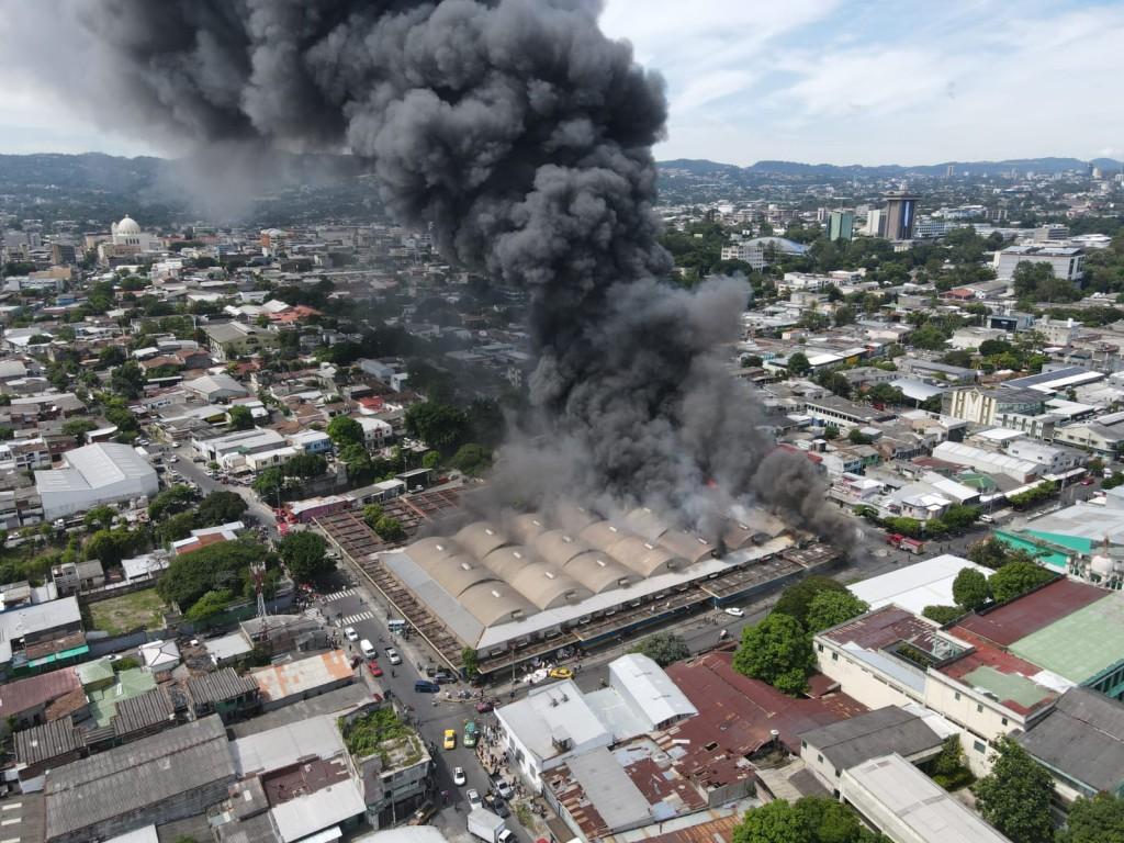Vista aérea del incendio del mercado San Miguelito. Foto: Protección Civil