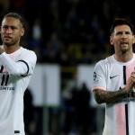 Neymar y Lionel Messi tras el empate en Bélgica en su debut en la Champions. /EFE