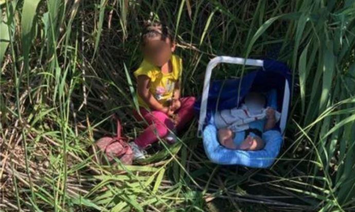 Fotografía cedida por la Oficina de Aduanas y Protección Fronteriza (CBP) donde aparecen dos hermanos hondureños, una niña de dos años y un bebé de tres meses de edad, abandonados en el fronterizo Río Grande cerca de Eagle Pass, Texas. Fotos: EFE/CBP