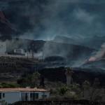 La colada norte del volcán de La Palma avanzando por el barrio de La Laguna, sepultando todo lo que encuentra a su paso. Foto: EFE/Ángel Medina G.